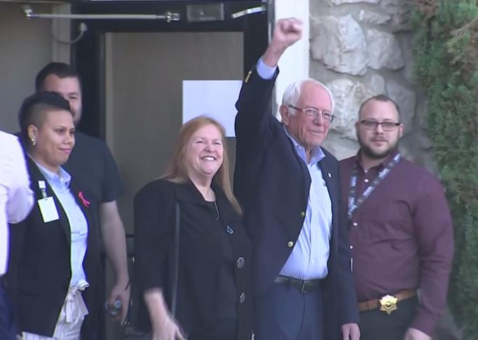 Bernie Sanders sale del hospital tras recuperarse de un ataque al corazón