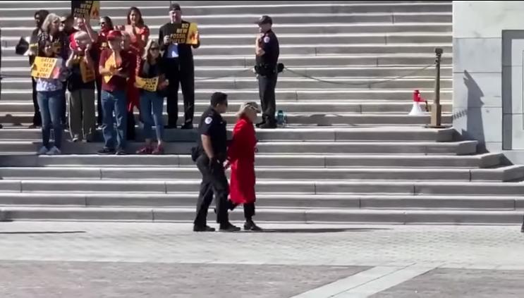 La actriz Jane Fonda es arrestada por protestar contra la crisis climática en el Capitolio de EU
