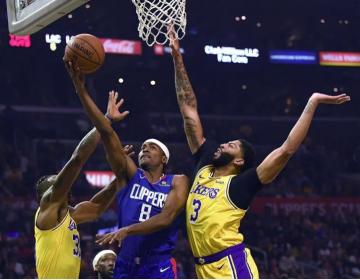 """Aficionado de la NBA muestra playera con el mensaje """"Apoyo a Hong Kong"""" durante partido de los Lakers"""