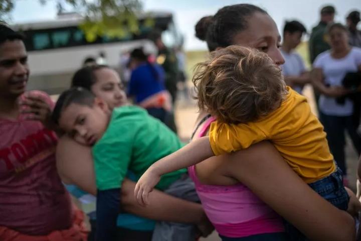 Más de 5,400 niños fueron separados de sus padres por la administración de Trump, según muestra un nuevo conteo