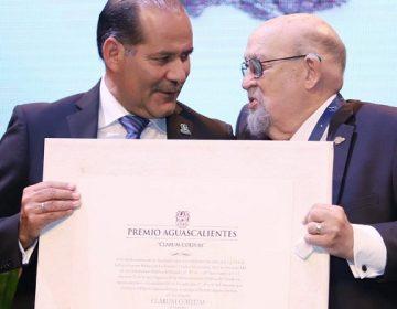 Entregan Premio Aguascalientes al maestro Felipe San José