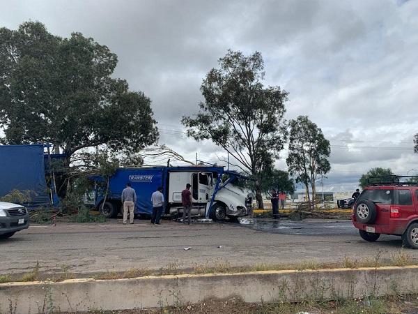 Tráiler choca y provoca intenso tráfico vehicular en la carretera 45 Sur