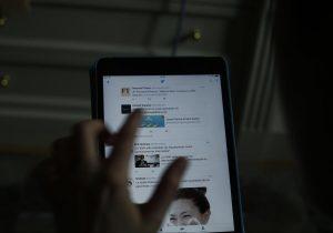 La exposición diaria a la luz azul, como la de celulares y computadoras, puede acelerar el envejecimiento