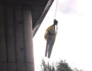 Un muñeco con el rostro de Greta Thunberg colgado en un puente de Roma