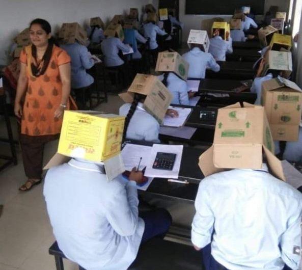 Cajas de cartón en la cabeza: la estrategia de una escuela para evitar que estudiantes copien