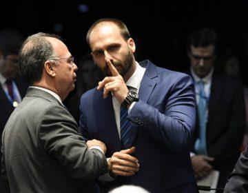 El hijo de Bolsonaro pide perdón ante críticas por sus comentarios sobre la dictadura