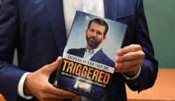 Grupo de extrema derecha abuchea a Donald Trump Jr. durante…