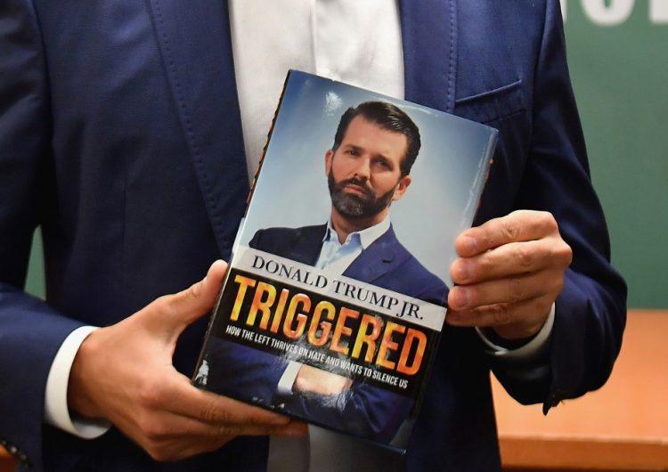 Grupo de extrema derecha abuchea a Donald Trump Jr. durante la presentación de su libro
