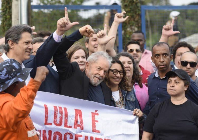 Sonriente y rodeado de sus seguidores Lula da Silva sale de prisión