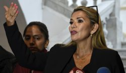La senadora Jeanine Áñez se proclama presidenta interina de Bolivia;…