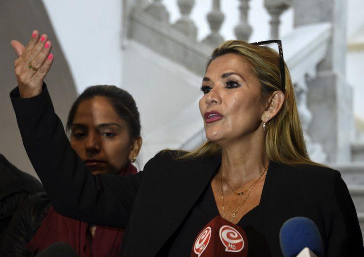 La senadora Jeanine Áñez se proclama presidenta interina de Bolivia; Evo dice que se ha consumado el golpe