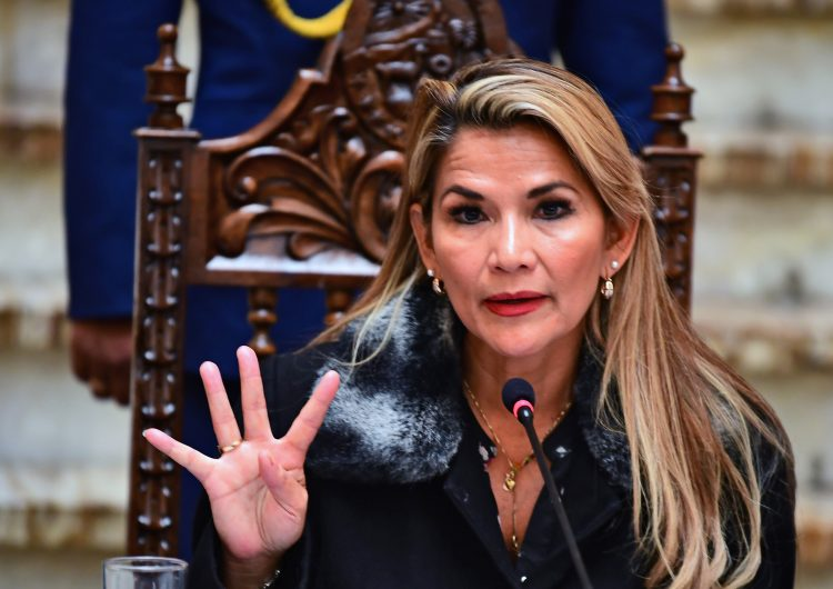 Presidenta interina de Bolivia expulsa a los diplomáticos venezolanos y da un giro a la diplomacia de Evo Morales