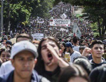 Alcalde de Bogotá decreta toque de queda un día después de masivas protestas en Colombia que dejaron tres muertos