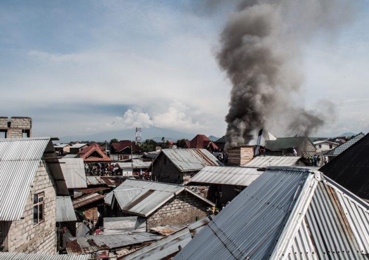 Avión se estrella en un barrio de Congo y deja al menos 23 muertos