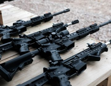 Una mujer embarazada dispara una AR-15 contra sujetos que ingresaron a su casa, en Florida