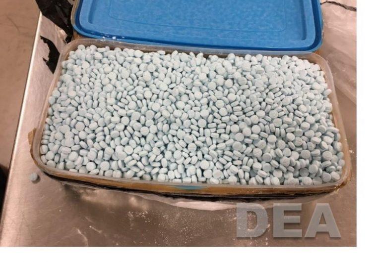 """Cárteles mexicanos fabrican medicamentos falsos que """"matan"""" a estadounidenses, advierte la DEA"""