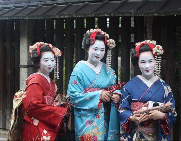 Prohíben las selfis con geishas en Kioto por mal comportamiento de los turistas