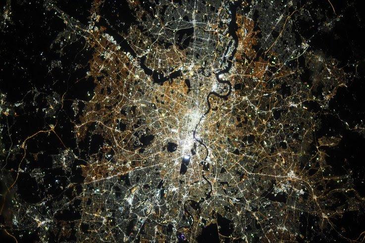 Astronauta comparte una imagen de Londres de noche desde la Estación Espacial Internacional