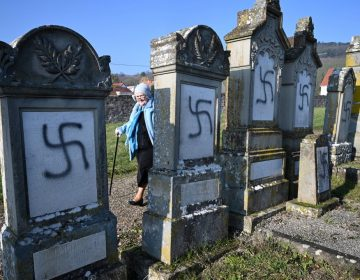 Pintan esvásticas en un centenar de tumbas de cementerio judío en Francia
