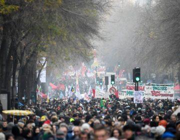 """Franceses dicen """"no"""" a la reforma de pensiones con movilizaciones y huelga masiva"""