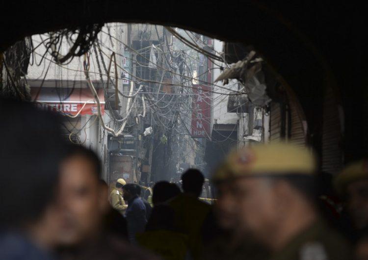 incendio-fabrica-nueva-delhi-muertos