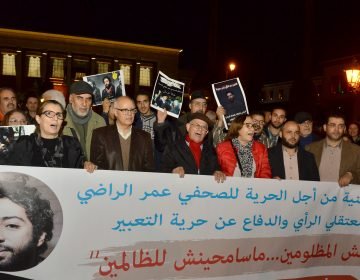 Cientos de marroquíes se manifiestan por la libertad del periodista Omar Radi, detenido por un tuit