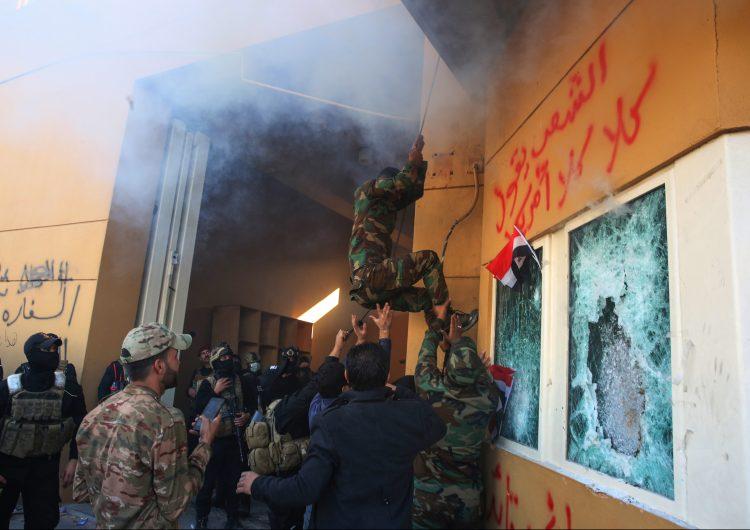 Manifestantes atacan la embajada estadounidense en Bagdad