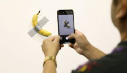 Un hombre se come el plátano de una obra de…