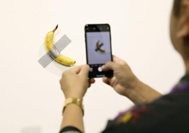 Un hombre se come el plátano de una obra de arte de 120 mil dólares