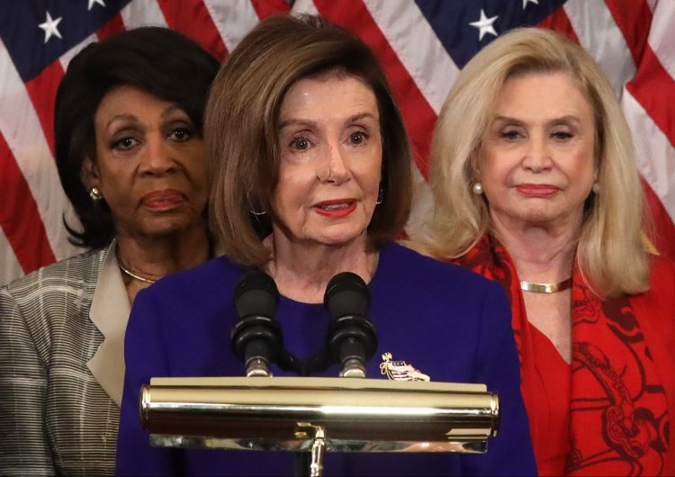 """Trump acusa a Nancy Pelosi de """"minar la democracia de EU"""" con juicio político"""