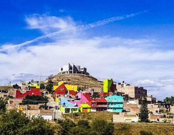Pintan de colores el Cerrito Alto en Calvillo