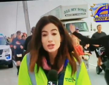 Periodista levanta cargos contra corredor que la agredió durante cobertura en vivo
