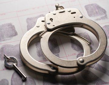Dan prisión a mujer que mintió para obtener un trabajo de 185 mil dólares anuales