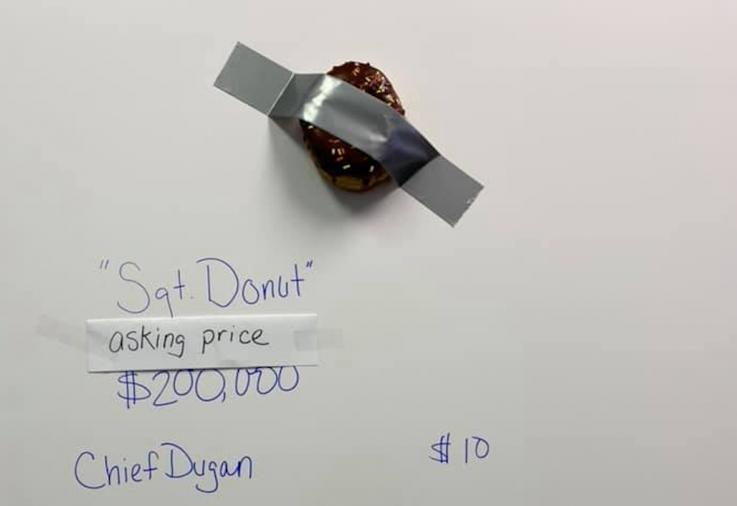 La policía de Tampa Bay parodia la obra del plátano pegado en un muro… con una dona