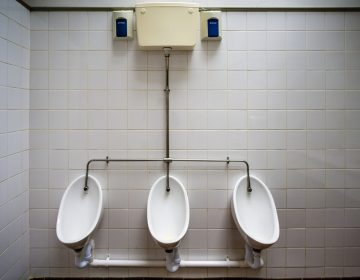 Policía de Hawái se declara culpable de forzar a un hombre a lamer un baño