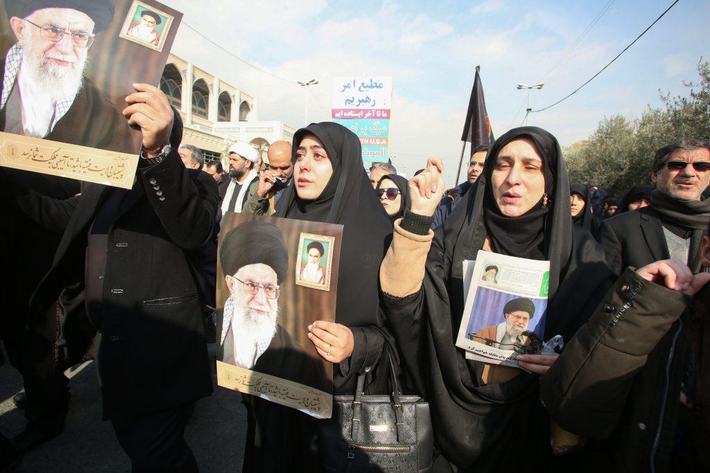 Mujeres sostitenen fotos del Ayatollah Ali Khamenei tras la muerte de Soleimani. Foto: AFP