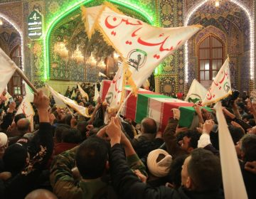 """Muera América"": miles de iraquíes piden venganza en el funeral de Qasim Soleimani"