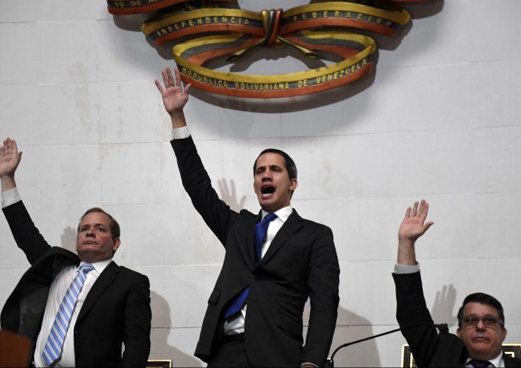 """Guaidó renueva como """"presidente encargado"""" de Venezuela tras burlar el bloqueo al Parlamento"""