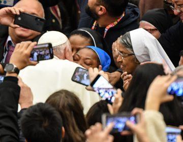 """Papa Francisco bromea con una monja diciéndole: """"¡No me muerdas!"""""""