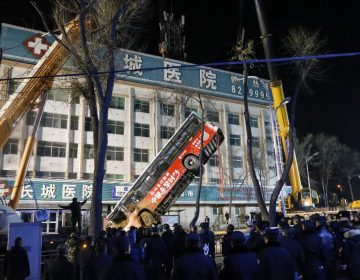 Enorme socavón se traga un autobús en China; hay al menos 6 muertos