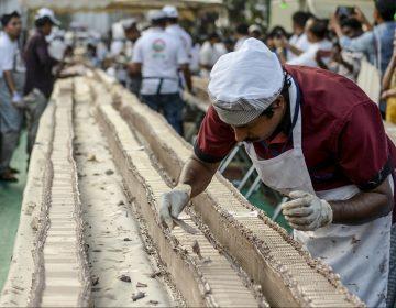 Panaderos indios hornean el pastel más largo del mundo