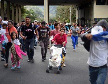 Migrantes rompen cerco policial de frontera entre Honduras y Guatemala