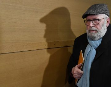 Fiscalía francesa pide 8 años de cárcel contra ex sacerdote que abusó de decenas de niños