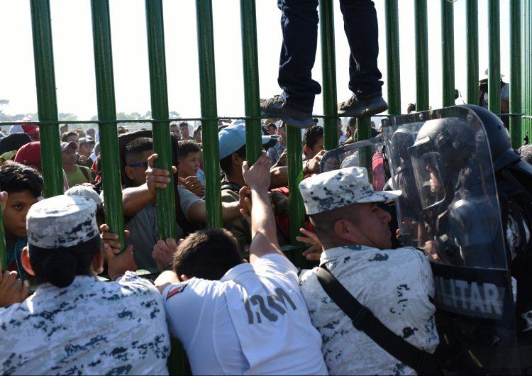 Nueva caravana de migrantes intenta entrar a México, autoridades cierran frontera con Guatemala