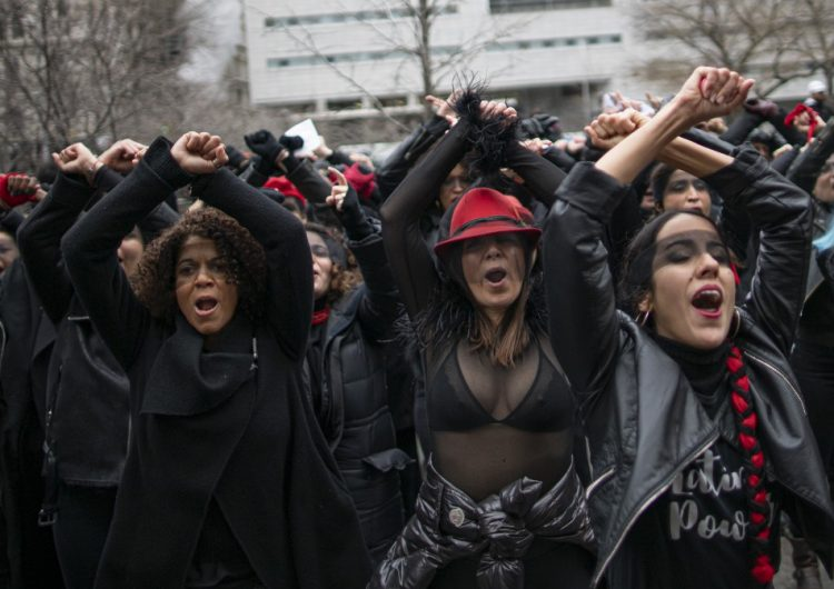 """""""¡El violador eres tú!"""": Mujeres protestan durante el juicio de Harvey Weinstein"""