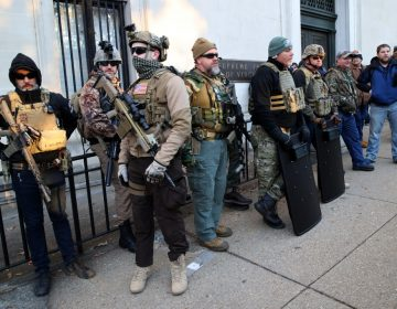 Con rifles, protestan por iniciativa de ley para el control de armas en Virginia
