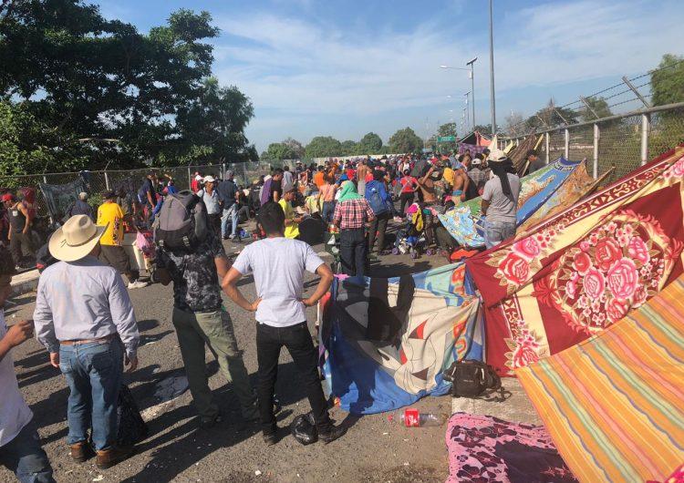 México frena el paso de caravana migrante con gas lacrimógeno y piedras