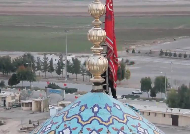 Irán iza bandera roja en la mezquita de Jamkaram, símbolo de venganza