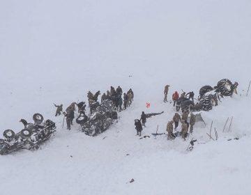 Socorristas mueren por una avalancha mientras buscaban sobrevivientes de otra avalancha