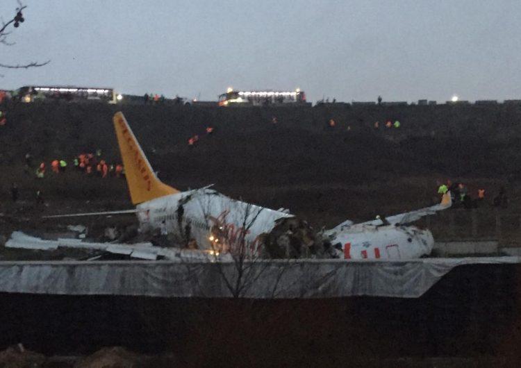 Avión con 183 personas se parte al aterrizar en aeropuerto de Estambul; hay tres muertos